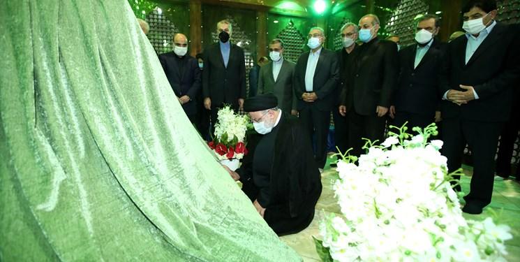 حضور کابینه رئیسی در حرم امام .ره.